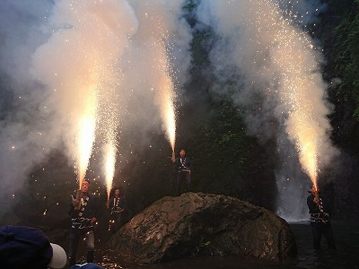 滝開き 手筒花火